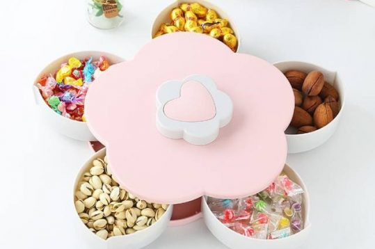 Bên trong hộp mứt xoay thường có rất nhiều loại bánh kẹo hấp dẫn